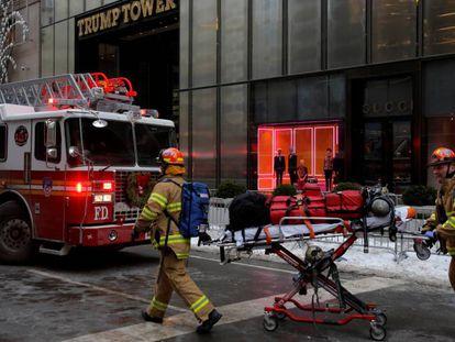 Equipes de emergência combatem o incêndio.