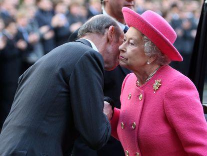 O duque de Kent recebe Elizabeth II no Wellington College de Crowthhorne (Reino Unido), em 31 de maio.