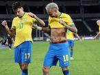 Lucas Paquetá y Neymar celebran el gol ante Perú.