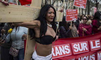 Trabalhadoras sexuais transgênero protestam em Paris.