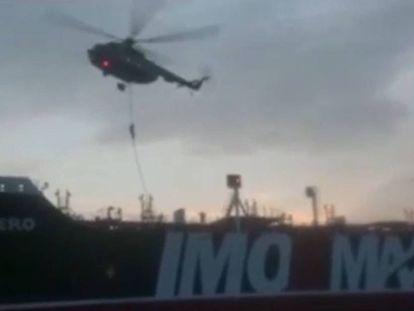 Imagem do vídeo da Guarda Revolucionária do Irã no momento em que foi capturado o navio de bandeira britânica 'Stena Impero'.