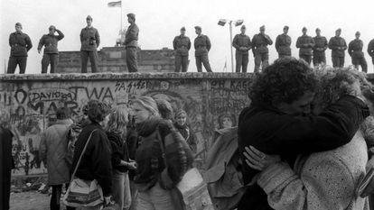 Os alemães comemoram a queda do Muro de Berlim, em 15 de novembro de 1989, uma semana após o fim do bloqueio entre o leste e o oeste da cidade.