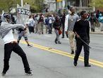 """Según el capitán de la policía de Baltimore, Eric Kowalczyk, un grupo de manifestantes, predominantemente jóvenes, comenzaron a atacar """"sin provocación previa"""" a los agentes."""