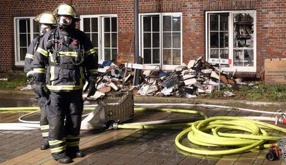 Equipe de bombeiros nas imediações do 'Hamburger Morgenpost'.
