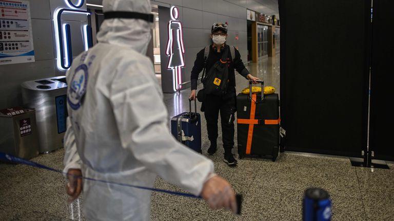 Um viajante chega ao aeroporto Pudong, em Xangai.