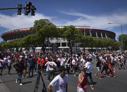 Arredores do estádio Monumental depois do adiamento do clássico.