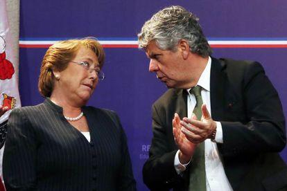 Bachelet e o secretário de Educação, Nicolás Eyzaguirre.