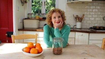 A escritora Bee Wilson em sua casa, no Reino Unido.