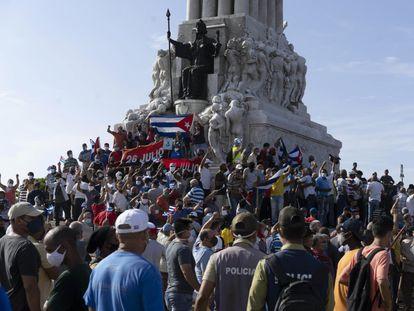 Centenas de manifestantes se concentram no monumento a Máximo Gómez, em Havana, neste domingo.