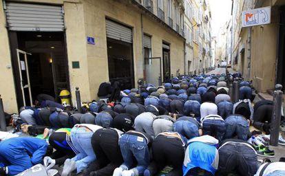 Muçulmanos rezando em uma rua de Marselha em abril de 2011.