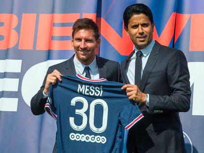 Leo Messi posa com a nova camisa que vestirá no PSG.
