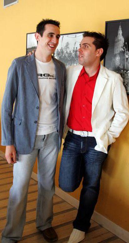 Alberto Fernández (izda) e Alberto Marchena, o primeiro casal gay de soldados espanhóis, em 2006.