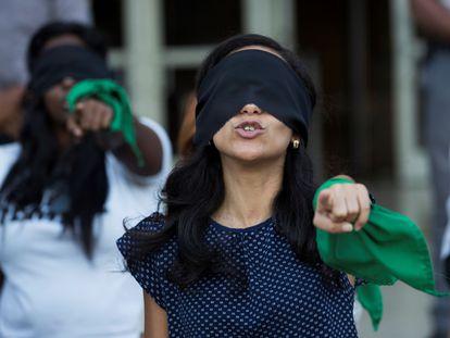 Dezenas de mulheres participam de manifestação para denunciar os abusos e violências sofridos pelas mulheres.