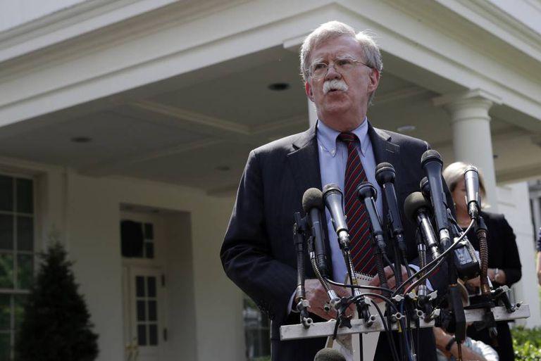 John Bolton atende à imprensa nesta terça-feira, na Casa Branca.