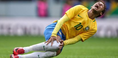 Neymar grita após sofrer falta no jogo contra o Japão.