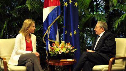 Federica Mogherini e o presidente Raúl Castro, no dia 25.