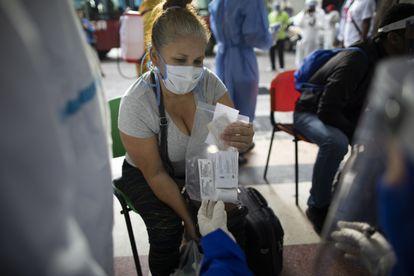 Paciente assintomática recebe um kit com azitromicina, cloroquina e dexametasona em Caracas, na Venezuela, no último dia 25.