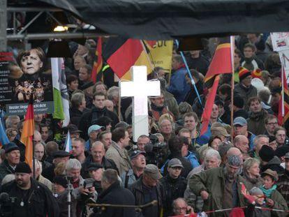 Seguidores do Pegida na tarde em Dresden.