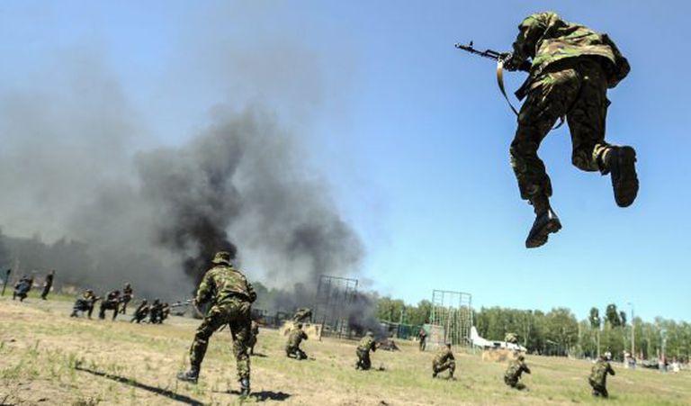 Tropas da Guarda Nacional ucraniana em exercício.