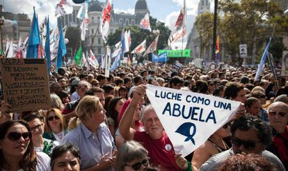 Protesto em Buenos Aires reúne centenas de pessoas na Praça de Maio no aniversário do golpe militar na Argentina, dia 24 de março.