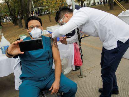 Profissional de saúde tira 'selfie' após ser imunizado contra a covid-19 em Nuevo León, no norte do México.