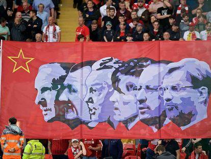 Uma faixa em Anfield homenageia treinadores ilustres do Liverpool: da esquerda para a direita, Shankly, Paisley, Fagan, Dalglish, Benítez e Klopp.