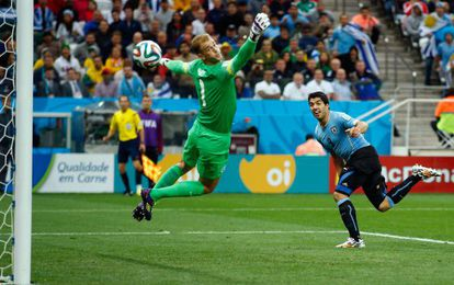 Luis Suárez marca contra a Inglaterra no Mundial.