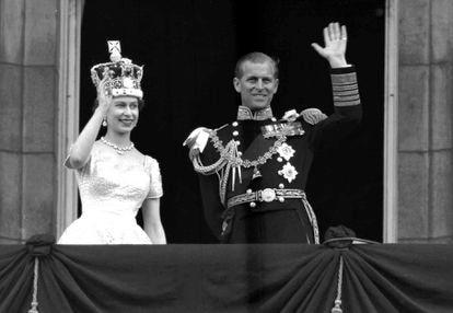 Elizabeth II e Philip de Edimburgo em uma varanda do Palácio de Buckingham em 1953.