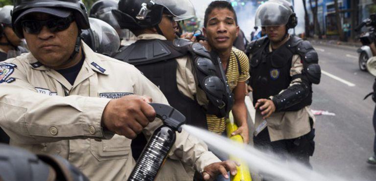 La Policía dispersa a un grupo de manifestantes, este jueves en Caracas