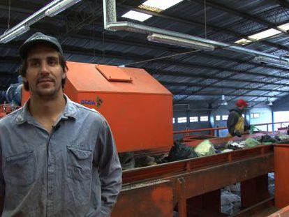 Sebastián Masa, em uma fábrica de separação de resíduos.