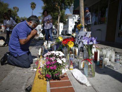 Um homem chora em frente ao sítio onde Christopher Martínez foi assassinado
