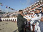 El presidente chino, Xi Jinping, saluda a marinos en el puerto de Sanya, en la provincia meridional de Hainan, el pasado 17 de diciembre.