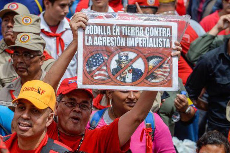 Simpatizantes do presidente Maduro marcham por Caracas.