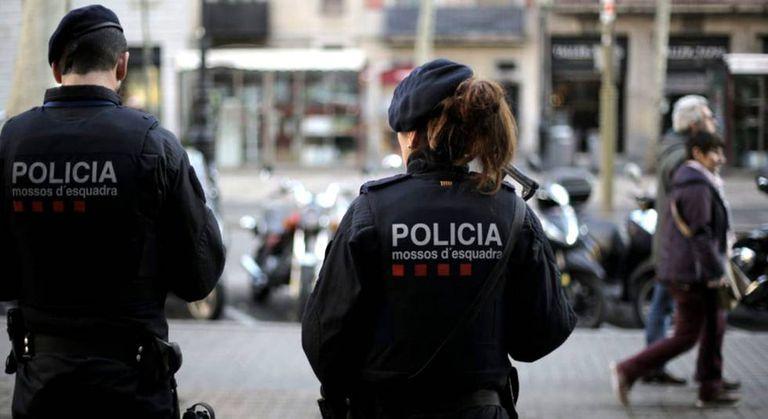 Dois polícias catalães nesta segunda-feira nas Ramblas de Barcelona.