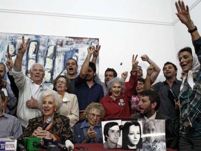 Estela de Carlotto com associados das Avós da Praça de Maio.