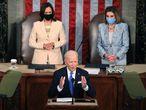 Biden, durante su discurso. Le acompañan Kamala Harris, vicepresidenta de EE UU, y Nancy Pelosi, presidenta de la Cámara de Representantes.