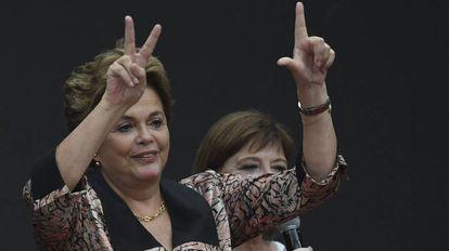 Dilma Rousseff pede a libertação de Lula com a mão esquerda e faz o V do movimento peronista com a direita