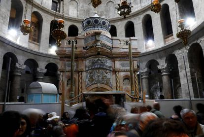 Visitantes diante da tumba de Jesus Cristo, em Jerusalém.