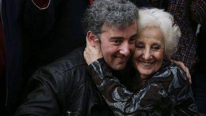 Estela de Carlotto abraça seu neto, em agosto.