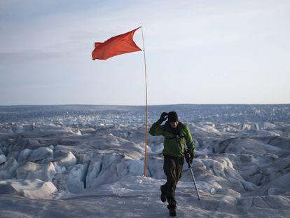 Bandera para identificar una posición GPS en el glaciar Helheim, en Groenlandia.