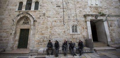 Entrada da igreja do Santo Sepulcro em Jerusalém.