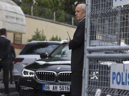 Seguranças no consulado saudita em Istambul nesta sexta-feira.
