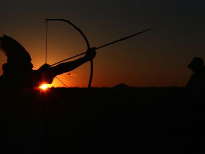 Índio da comunidade Apyka'i, ocupada pelos índios há quase trës meses, mostra flecha usada para a proteção.