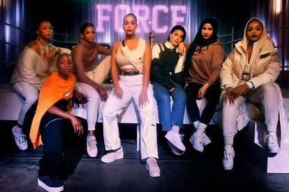 Com Erin Corrian-Alexis, Julie Adenuga, Ramla Ali, Ana Sting, Zeina Nassar e Leah Abbott na apresentação neste mês de The Force is Female, da Nike, em Londres.