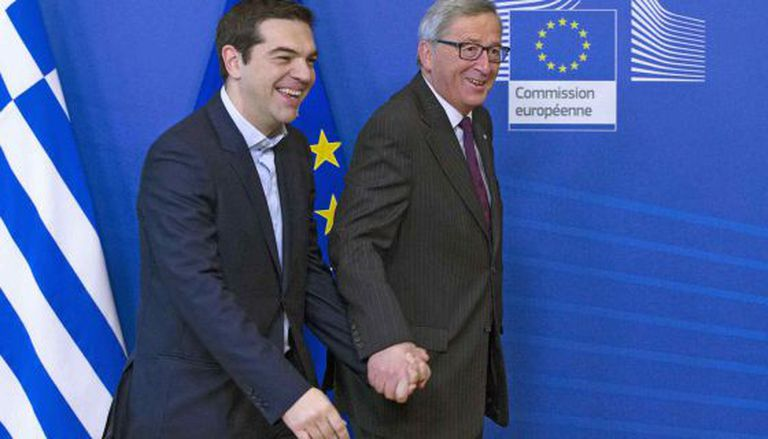 O presidente da Comissão Europeia, Jean-Claude Juncker, leva pela mão o chefe de Governo grego, Alexis Tsipras, na quarta-feira em Bruxelas.