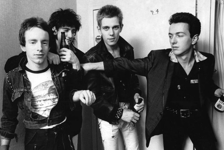 Da direita para a esquerda, Nicky Headon (bateria), Mick Jones (guitarra), Paul Simonon (baixo) e o líder da banda, Joe Strummer (guitarra e voz). O The Clash em Nova York em 1978.