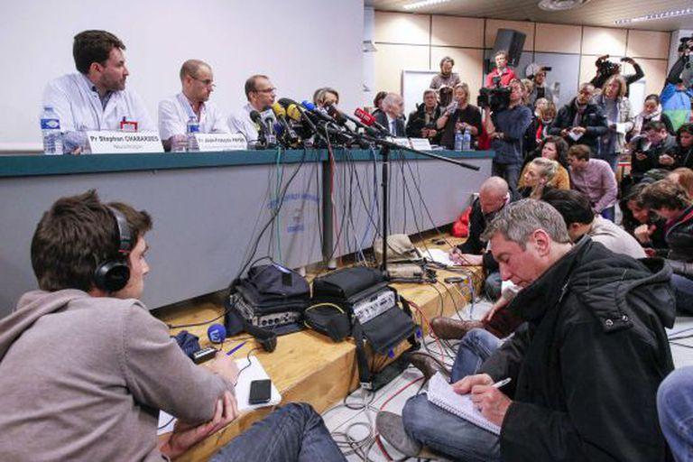 Jornalistas acompanham último boletim médico sobre estado de saúde de Schumacher em Grenoble (França).