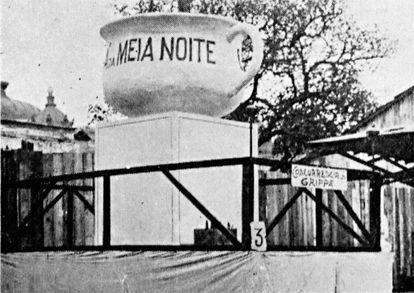 """No Carnaval de 1919, os cariocas caem na folia em blocos e bailes que têm como tema o """"chá da meia-noite"""", símbolo da recém-desaparecida epidemia de gripe espanhola (imagens: 'Careta'/Biblioteca Nacional)"""