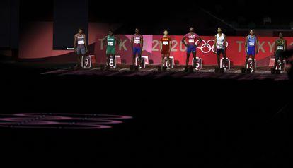 Os atletas alinhados em suas marcas antes de correr a final dos 100m no Estádio Olímpico de Tóquio.