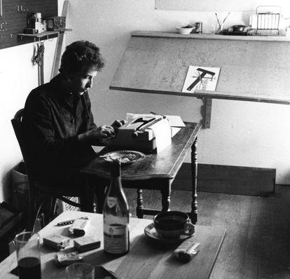 Bob Dylan usando uma máquina de escrever em seu escritório de Woodstock, Nova York, no verão de 1964, em uma imagem de Douglas R. Gilbert.